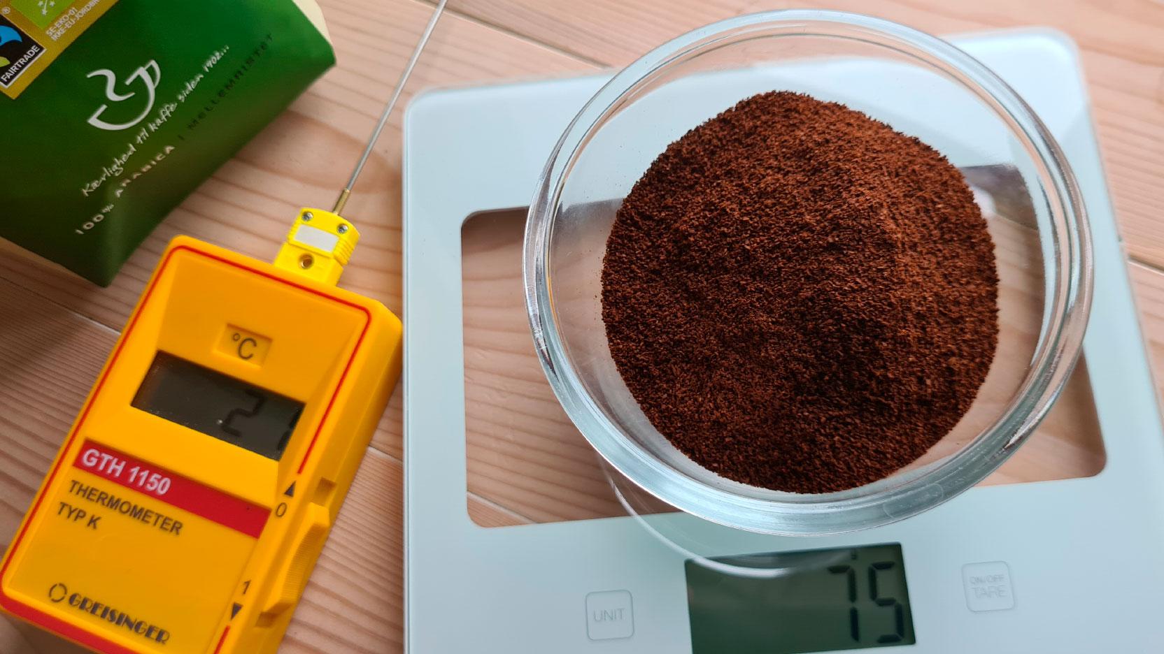 Bild av kaffe på våg och termometern som användes i testet av kaffebryggarna