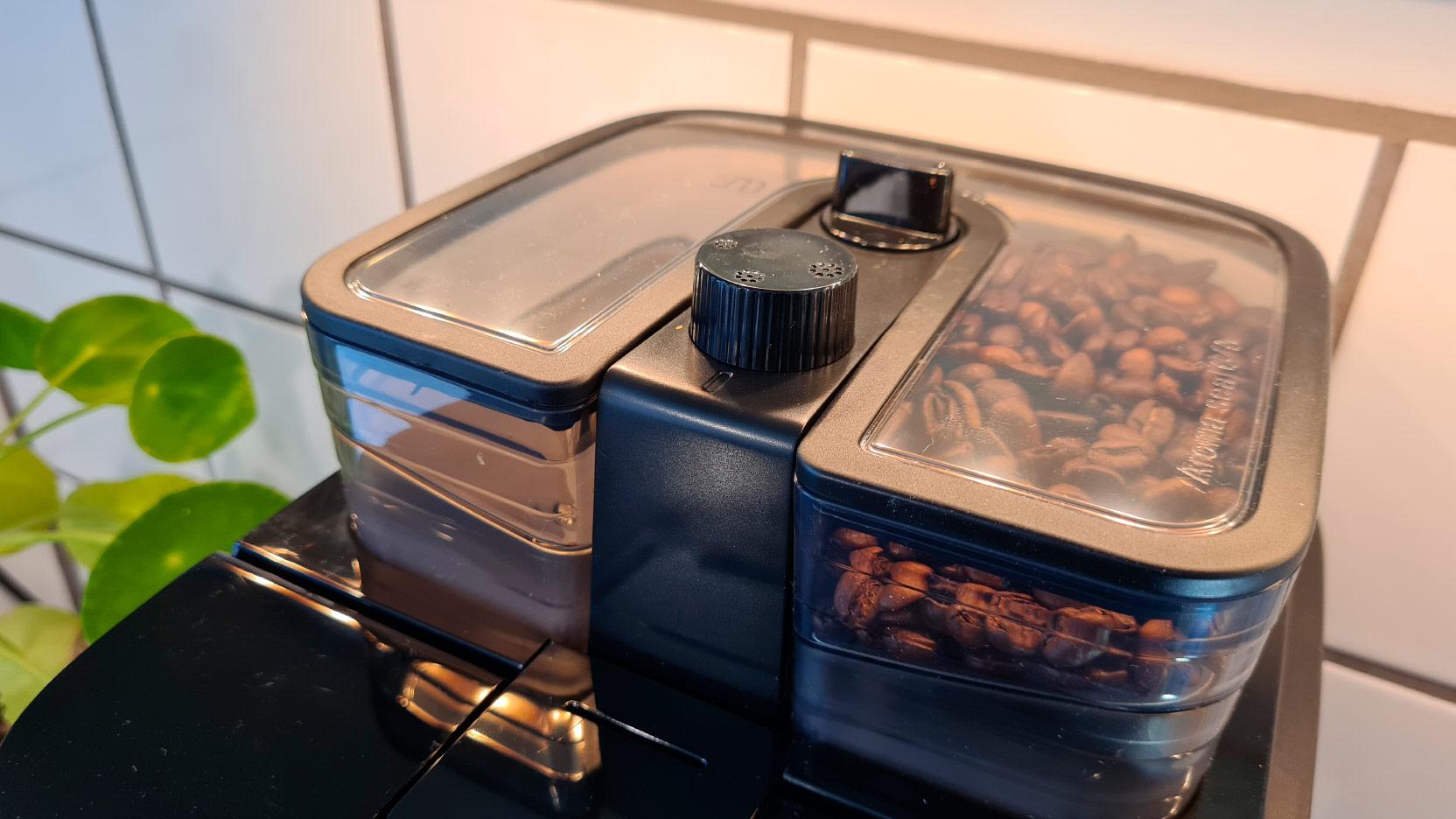 Bild av den tvådelade behållaren för hela kaffebönor i Philips Grind and Brew HD7769 kaffebryggare med inbyggd kaffekvarn