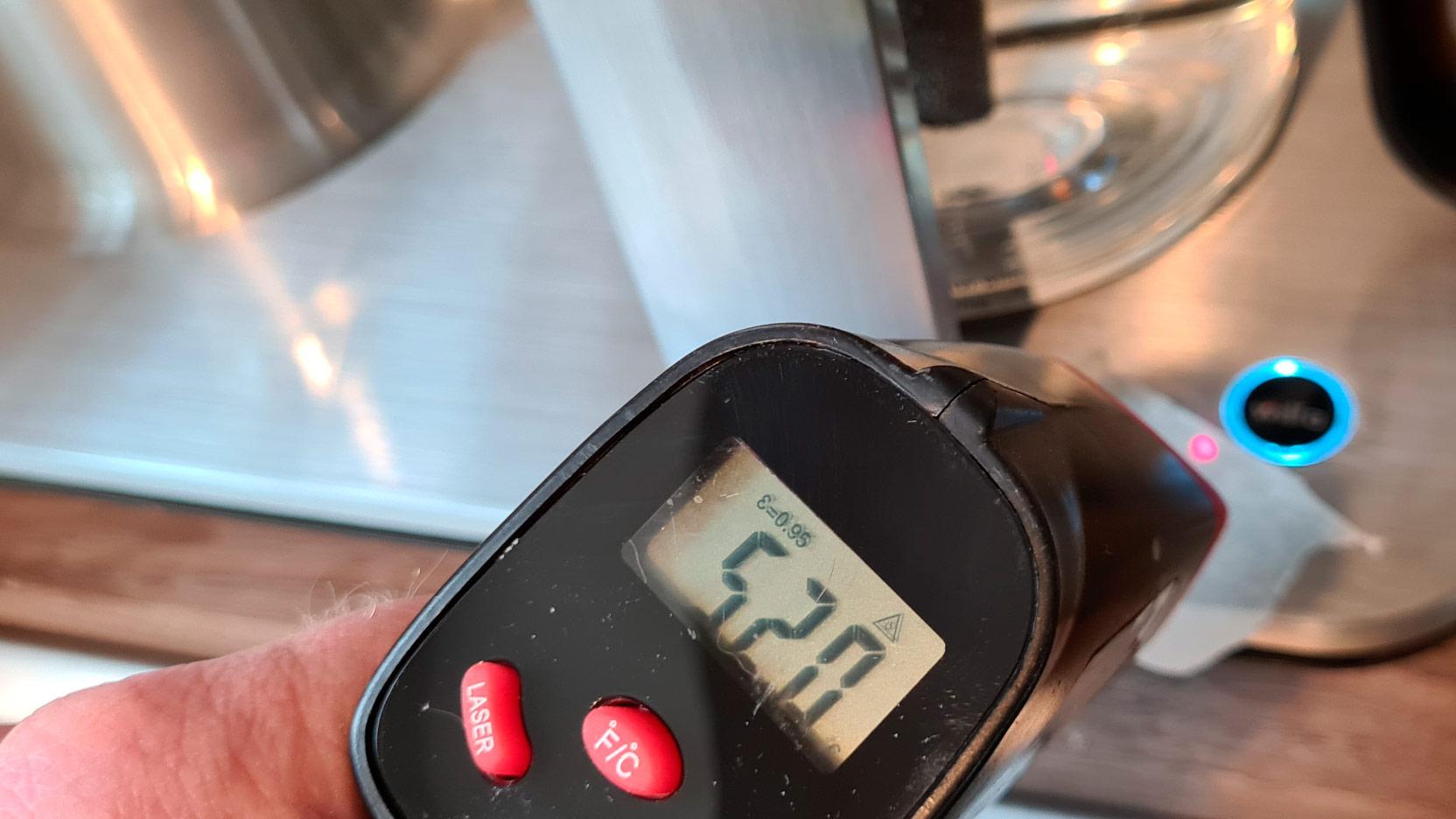 Bild av temperaturmätning vid av-/på-knappen