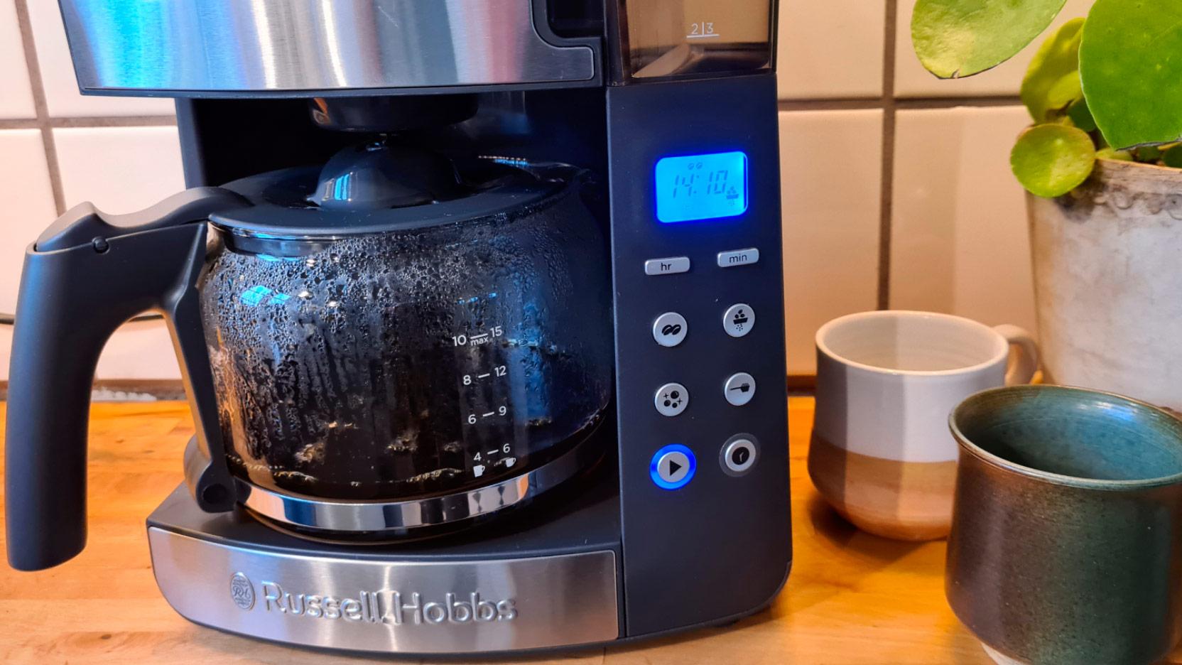 Bild av Russell Hobbs Grind and Brew som brygger en kanna kaffe