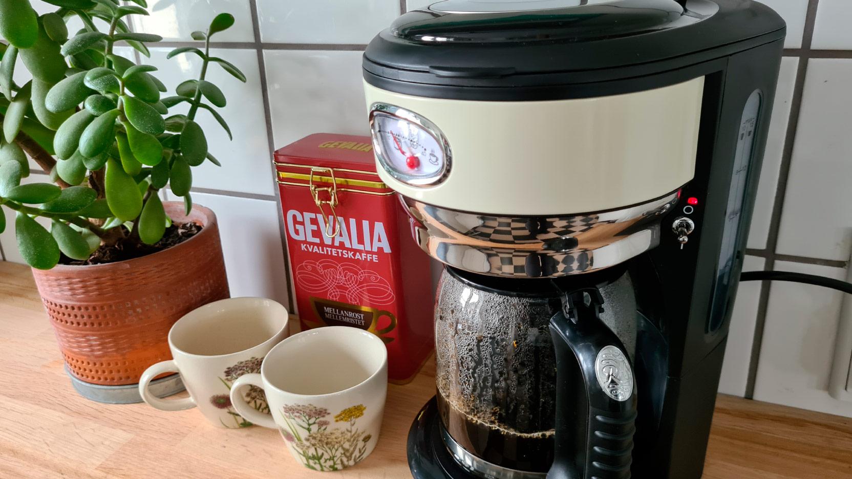 Bild av den gräddvita kaffemaskinen Russell Hobbs Retro som brygger en kanna kaffe