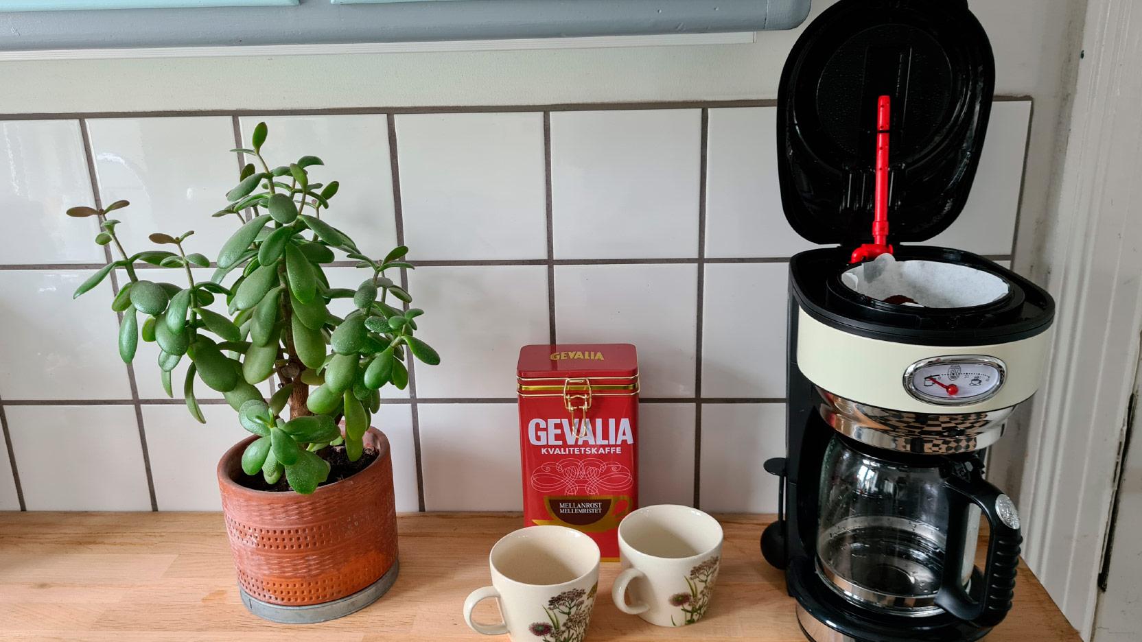 Bild av kaffemaskinen Russell Hobbs Retro med öppet lock