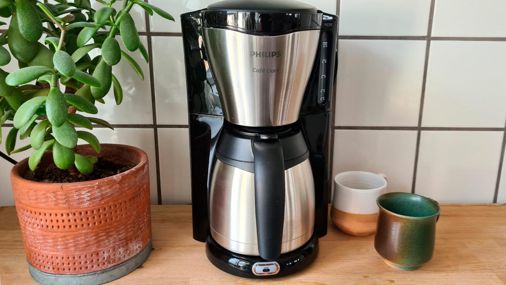 Bild på Philips HD7456 Café Gaia, som brygger en kanna kaffe
