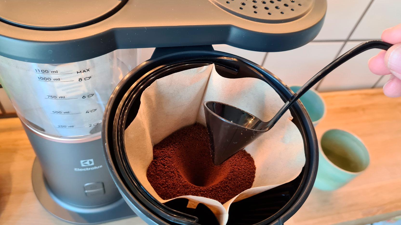 Bild på aroma-skeden, som gör en fördjupning i kaffefiltret med Electrolux Explore 7 kaffebryggare