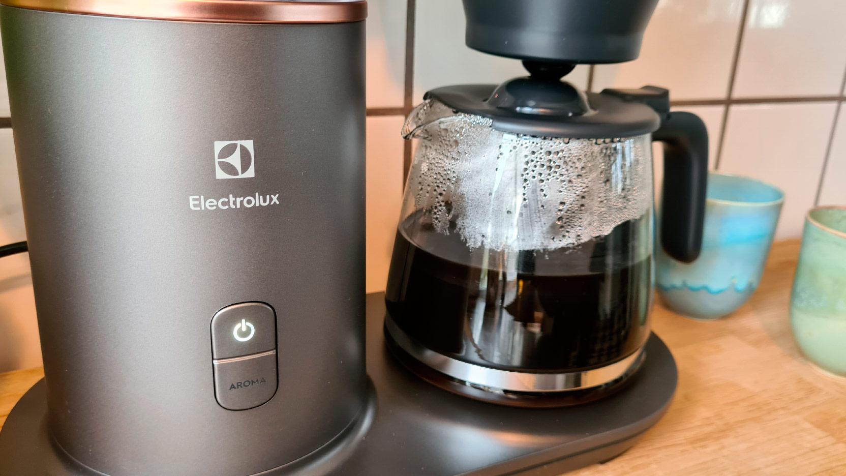 Bild på av-/på-knappen samt aroma-knappen på Electrolux Explore 7 kaffebryggare