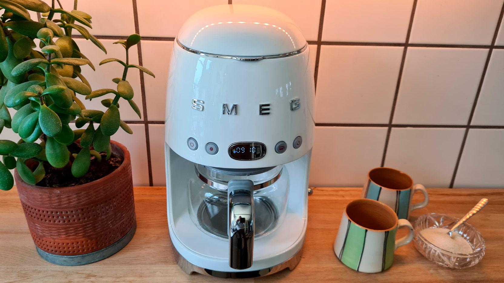 Bild av Smeg DFC02 kaffemaskin som väntar på att testas