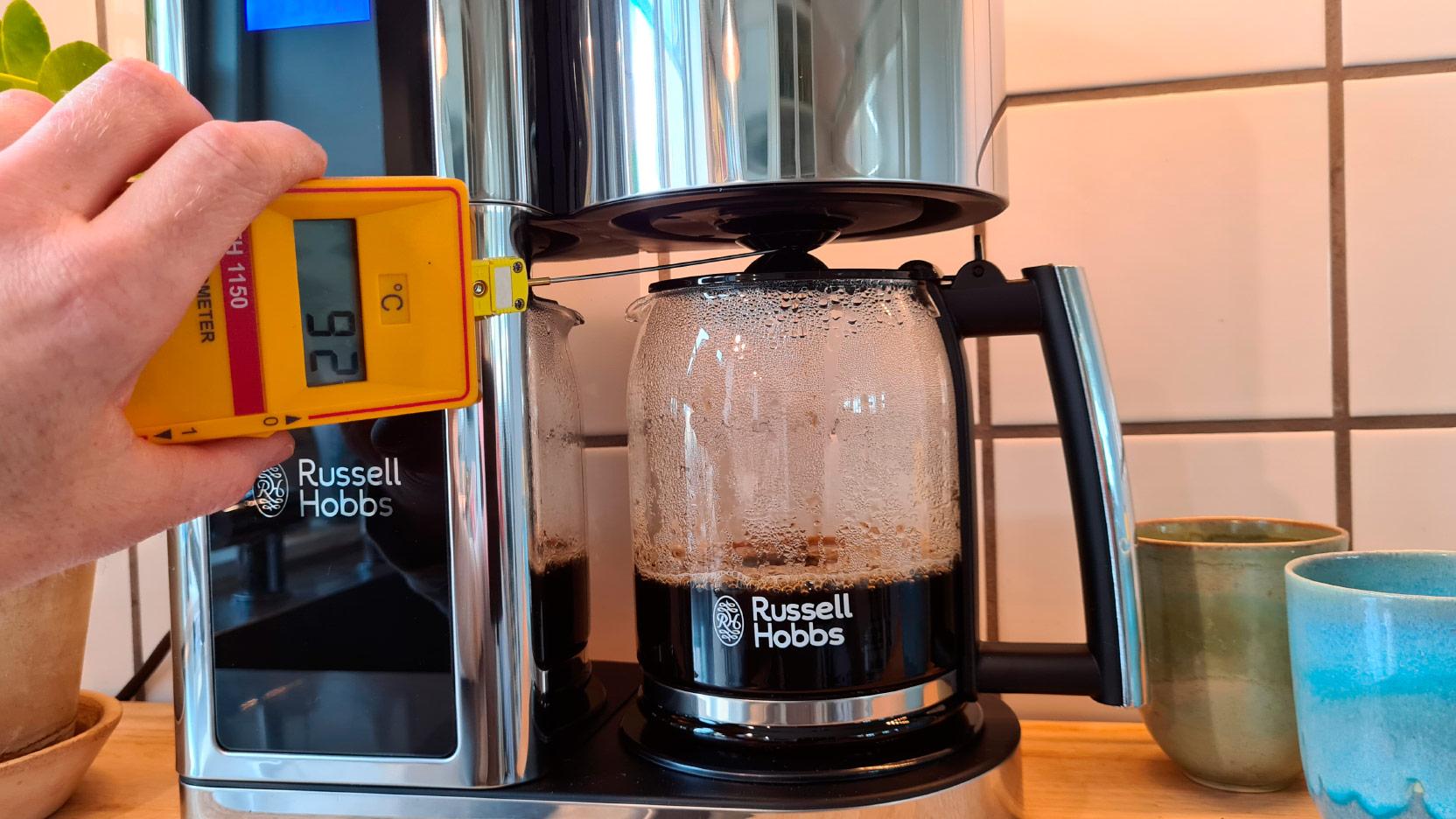 Bild av mätning av temperatur under bryggning av kaffe i Russell Hobbs Elegance
