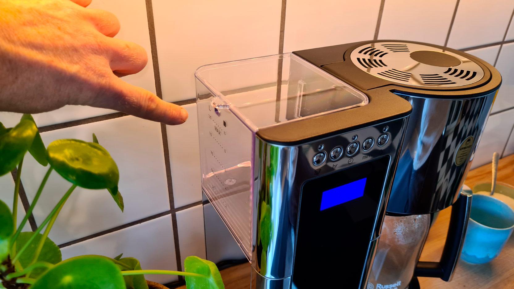 Bild av placeringen av vattenbehållaren på kaffemaskinen Russell Hobbs Elegance