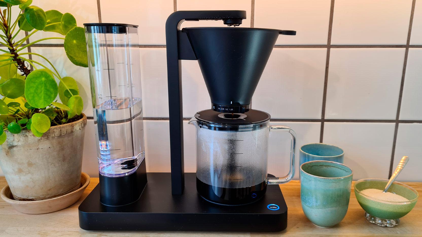 Bild av Wilfa Svart Performance WSPL-3B som brygger en kanna kaffe