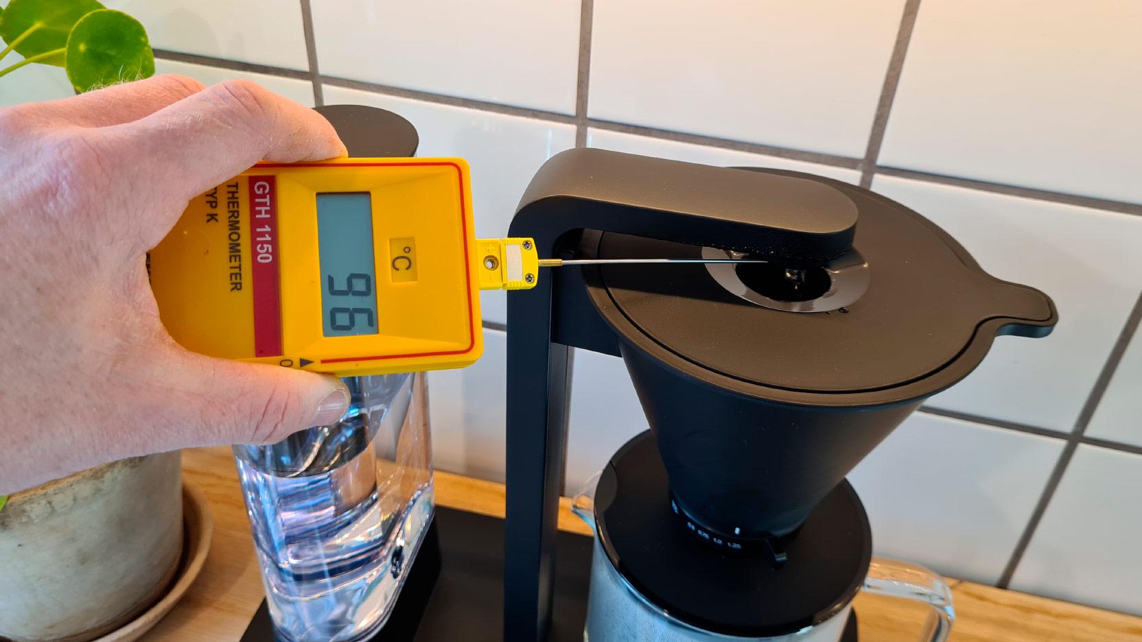 Bild av mätning av bryggtemperatur på Wilfas kaffemaskin Svart Performace