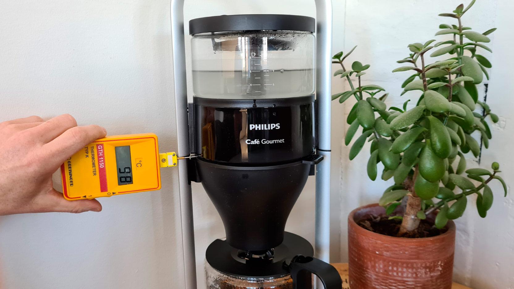 Bild av mätning av temperatur precis efter att 0,5 liter börjar rinna ner i filtret på Philips Café Gourmet HD5408