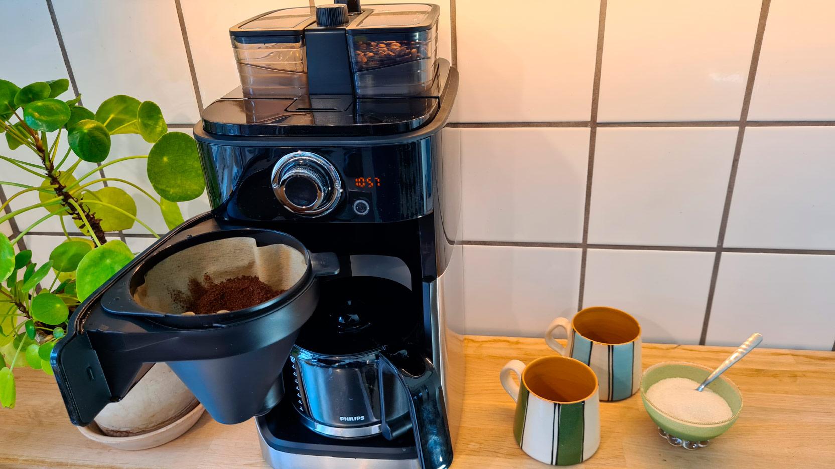 Bild av Philips Grind and Brew HD7769 kaffebryggaren med filterhållaren utsvängd