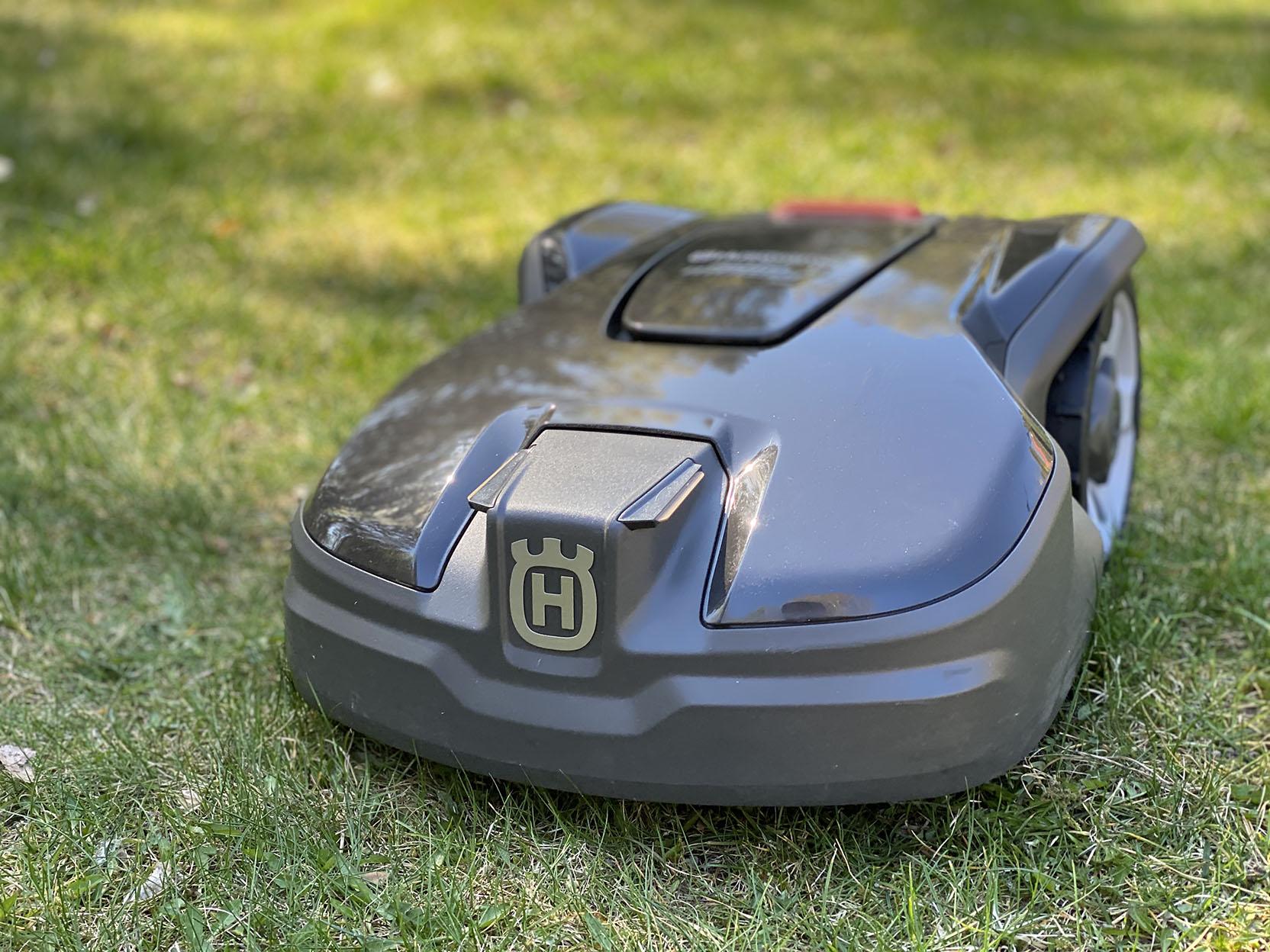 Husqvarna Automower 305 är Husqvarnas minsta robotgräsklippare