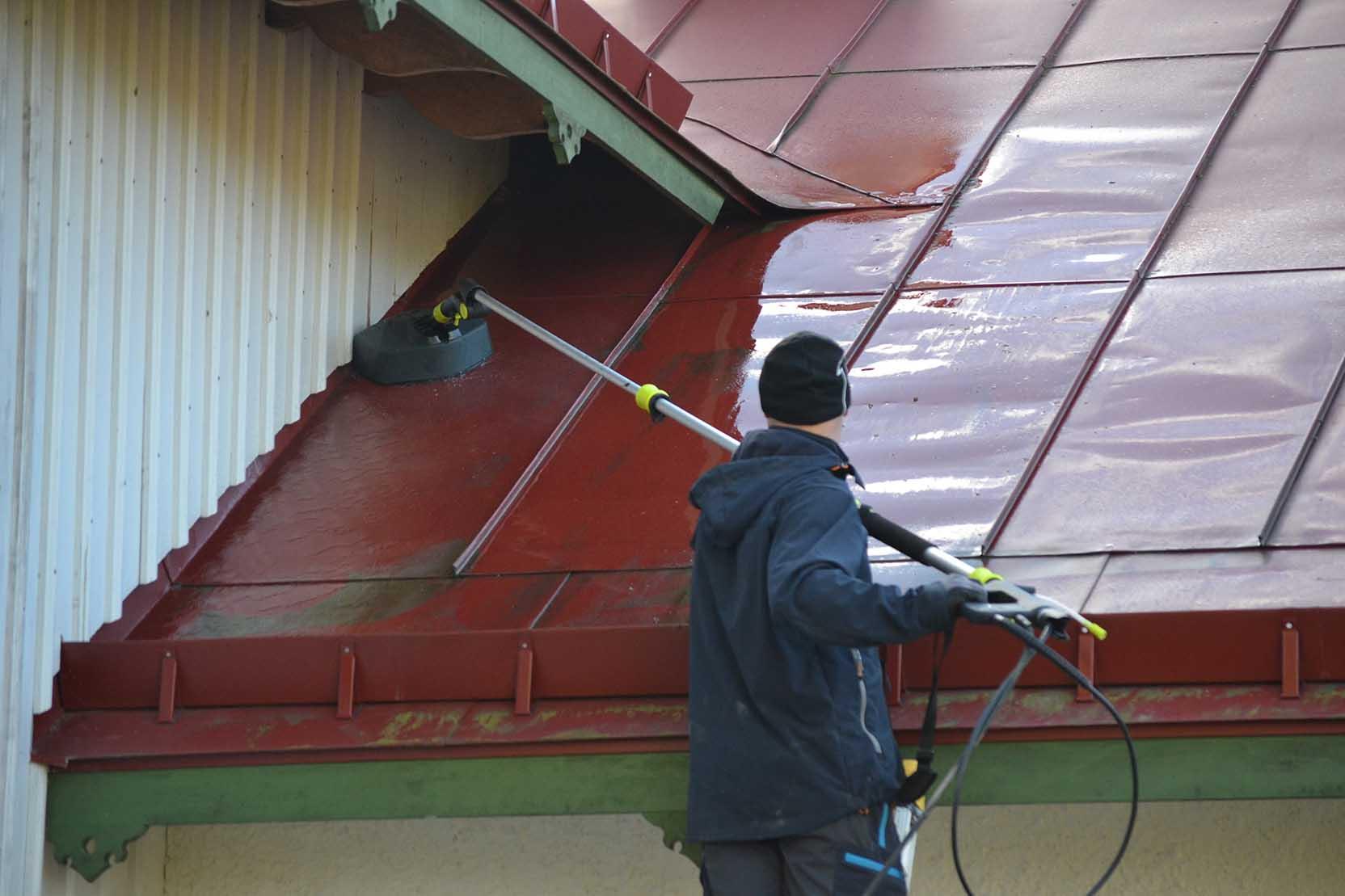 Med en högtryckstvätt kan du tvätta bort mossa och smuts från tak