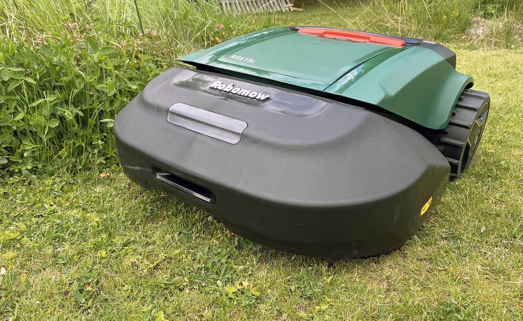 Robomow RS 615u är en riktig koloss som klipper gräsmattan tidseffektivt