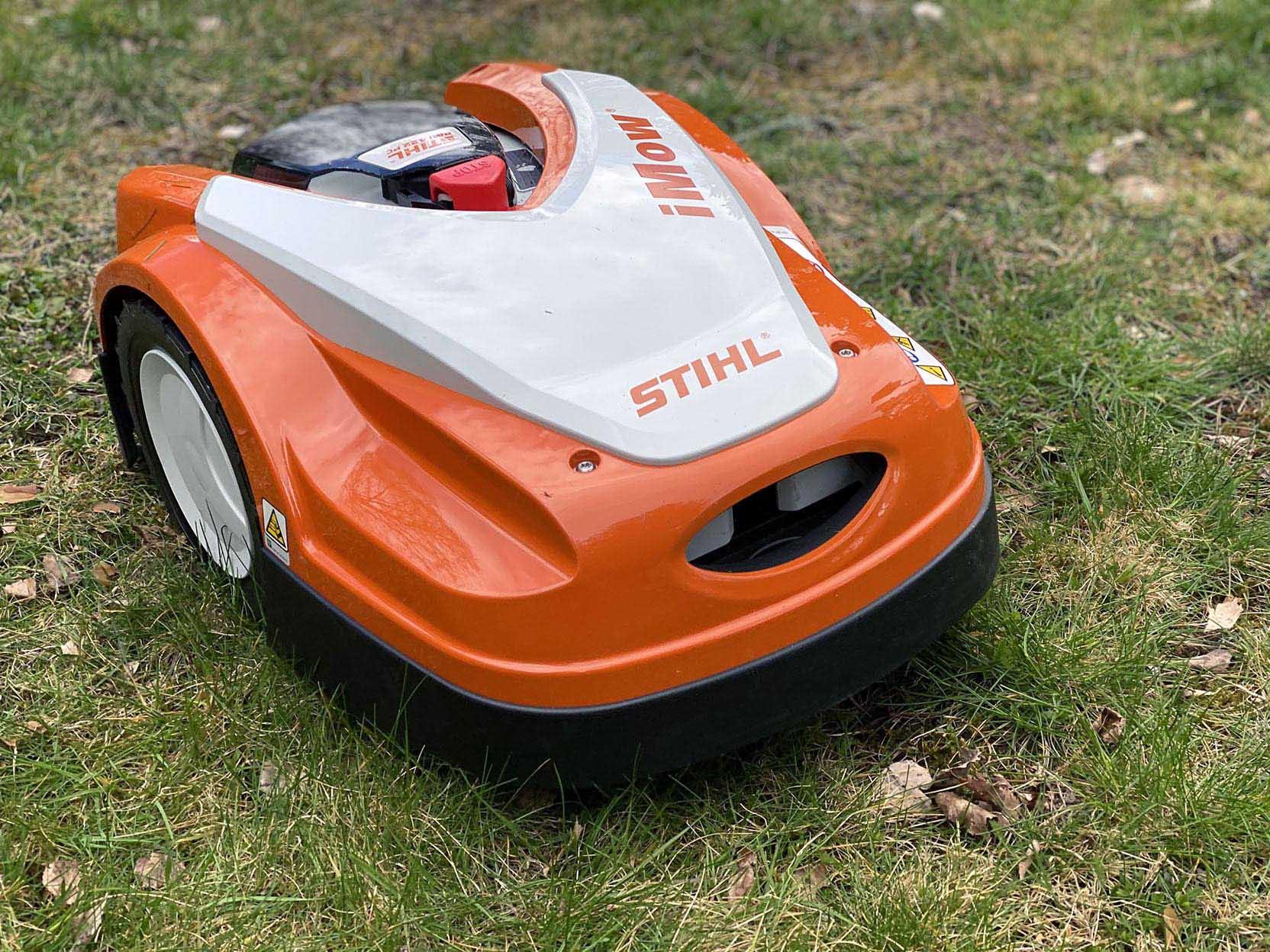Stihl Imow RMI 422 PC är en kompakt och lätt robotgräsklippare med bra användargränssnitt