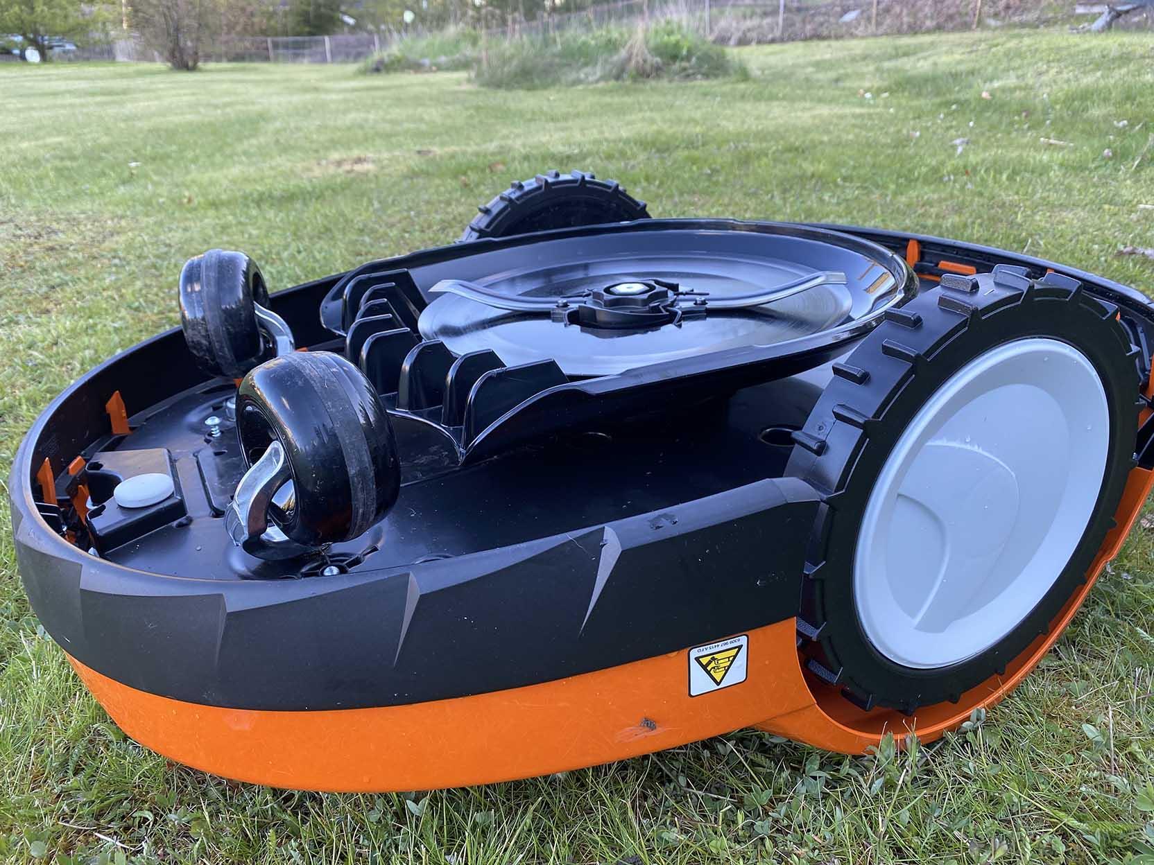 Undersidan av robotgräsklipparen Stihl RMI 632 PC består av fyra hjul och en knivdisk med fast kniv
