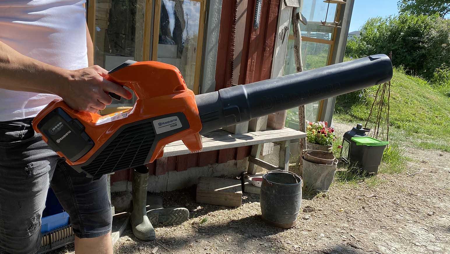 Husqvarna 120iB är en lövblås som är både stark och användarvänlig